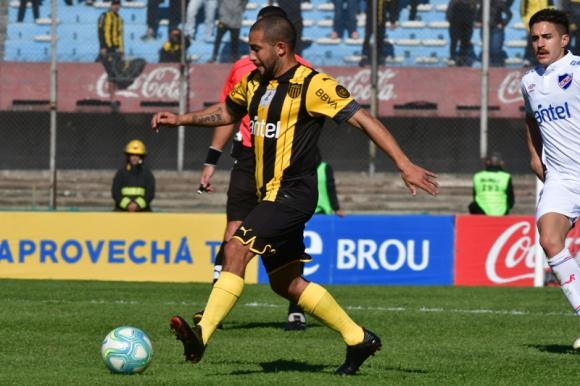 Walter Gargano en el clásico entre Nacional y Peñarol. Foto: Gerardo Pérez.