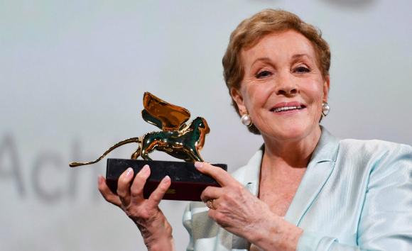 El Festival de Cine de Venecia sigue recibiendo celebridades. Julie Andrews fue premiada por su carrera