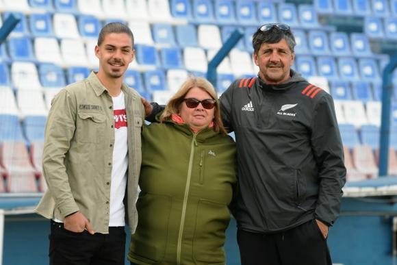 Thiago junto a sus padres Elena y Servando, que lo acompañan a todos lados. FOTO: Leo Mainé.