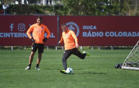 Nicolás López entrenando junto a Paolo Guerrero