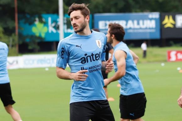 Matías Viña en su primer entrenamiento con la selección mayor de Uruguay. Foto: @Uruguay.