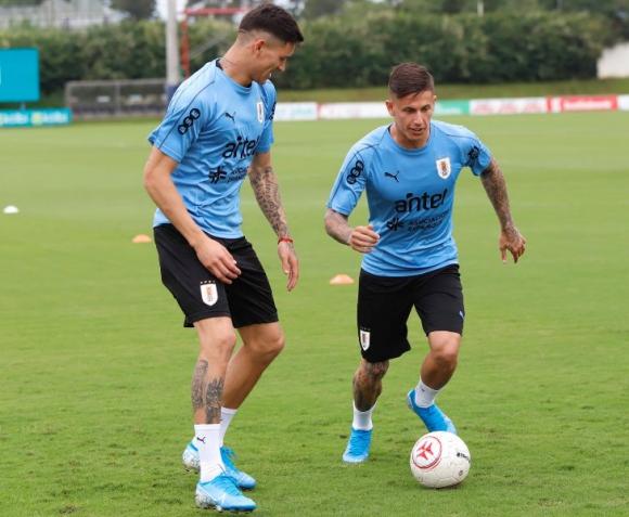Darwin Núñez y Brian Rodríguez en su primer entrenamiento con la selección mayor. Foto: @Uruguay.