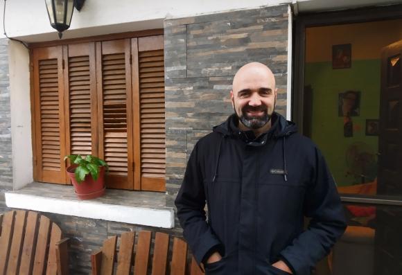 Gerardo Nieto en la puerta de su casa.