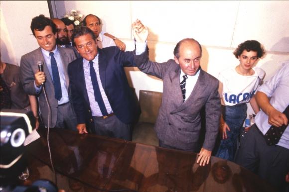 Luis Alberto Lacalle y Gonzalo Aguirre celebran el triunfo electoral la noche del 26 de noviembre de 1989. Foto: Archivo El País