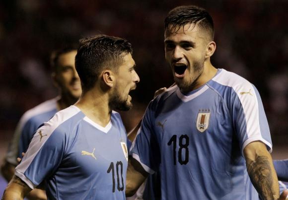 Giorgian De Arracaeta y Maximiliano Gómez en el Uruguay vs. Costa Rica - Reuters