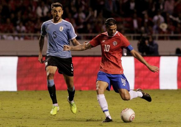 Matías Vecino y Bryan Ruiz en el Uruguay vs. Costa Rica
