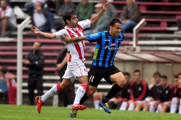 Maximiliano Calzada y Diego Guastavino en la disputa de la pelota en un River-Liverpool. Foto: Marcelo Bonjour.