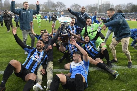 Liverpool celebra la consagración en el Torneo Intermedio. Foto: Leonardo Mainé.