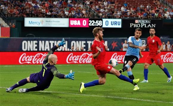 Matías Vecino remata al arco en el partido ante Estados Unidos