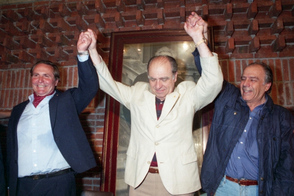 Carminatti y Batalla levantan los brazos de Sanguinetti la noche de las elecciones. Foto: Archivo El País