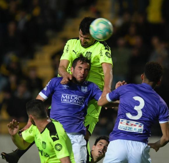 Lucas Viatri en el partido entre Peñarol y Defensor Sporting. Foto: Gerardo Pérez.
