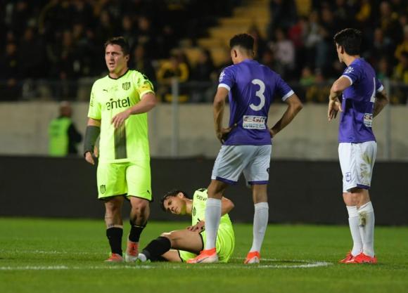 Sentido en el piso está Ignacio Lores quien sufrió un desgarro. Foto: Gerardo Pérez.