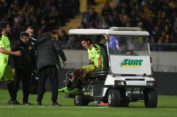 El llanto de Ignacio Lores quien es retirado en el carrito del campo de juego del CDS. Foto: Gerardo Pérez.