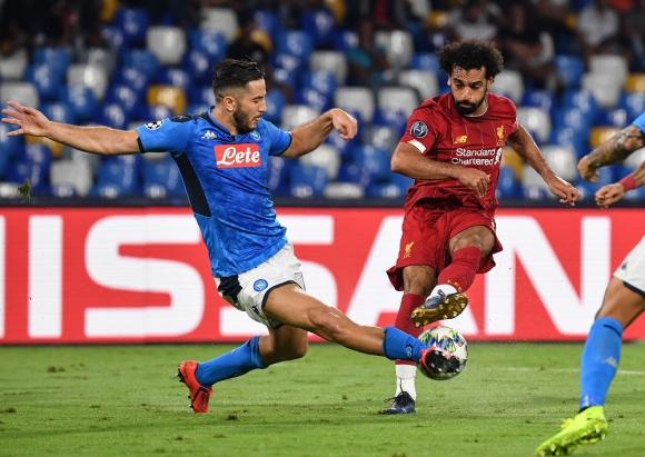 Konstantinos Manolas y Mohamed Salah en el Napoli vs. Liverpool por la Champions 2019