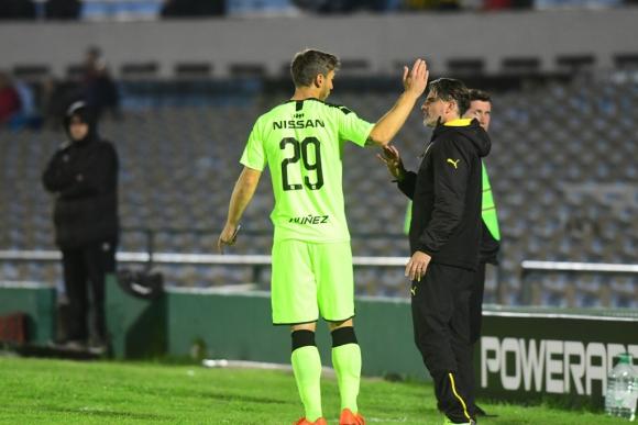 Diego López dándole indicaciones a Xisco antes de hacer su debut con la camiseta de Peñarol. Foto: Marcelo Bonjour.
