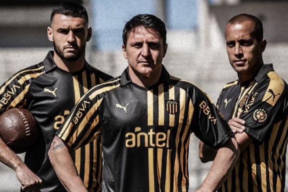 Formiliano, Cebolla Rodríguez y Pereira presentando la camiseta aniversario de Peñarol. Foto:@OficialCAP