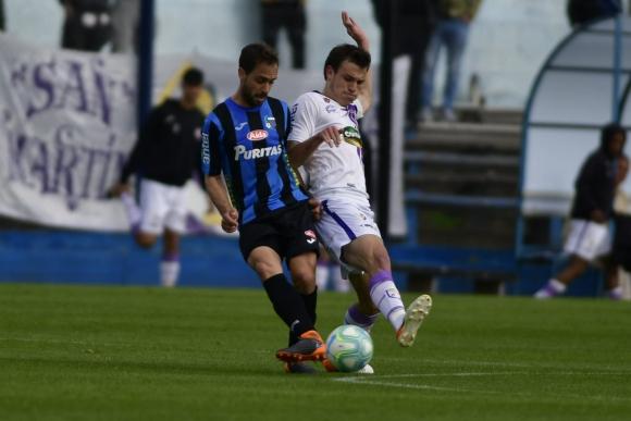 Hernán Figueredo y Manuel Ugarte disputan la pelota en el duelo entre Liverpool y Fénix. Foto: Fernando Ponzetto.