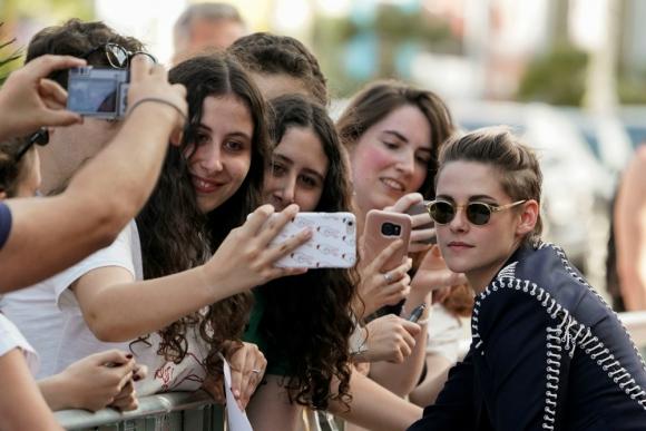 "Kristen Stewart se sacó fotos con sus fanáticos en San Sebastián donde presentó la película ""Seberg"""
