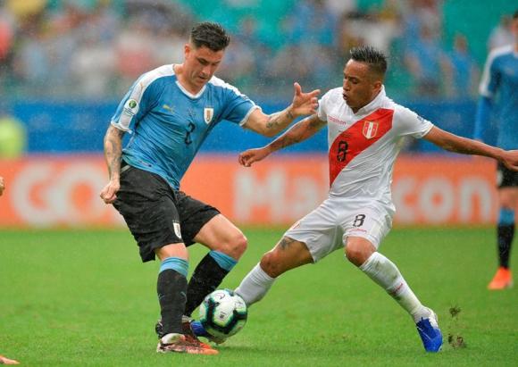 José María Giménez y Cristian Cueva en el duelo entre Uruguay y Perú por Copa América. Foto: AFP