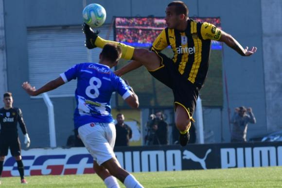 Guzman Pereira y su intento en el duelo entre Peñarol y Juventud. Foto: Gerardo Pérez.