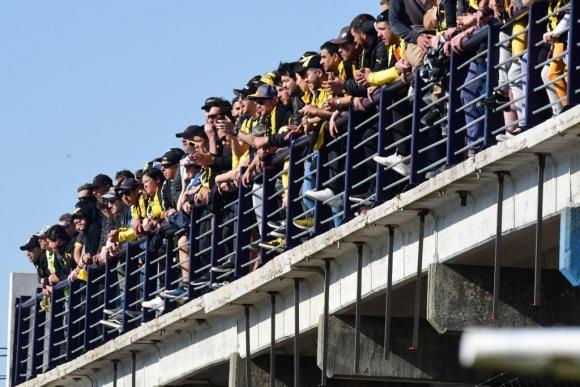Los hinchas de Peñarol en el Parque Artigas. Foto: Gerardo Pérez.