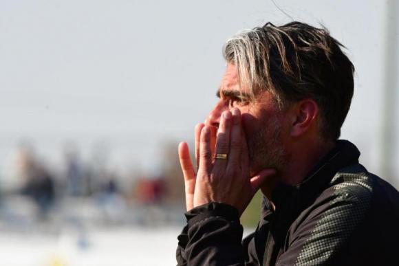 Diego López dando indicaciones durante el juego entre Juventud y Peñarol. Foto: Gerardo Pérez.