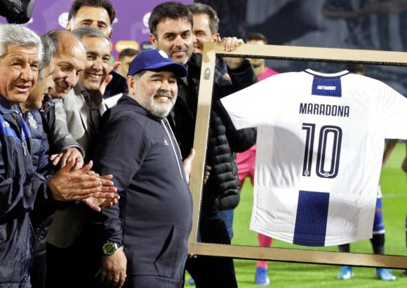 Diego Maradona homenajeado por Talleres en el último partido de Gimnasia. Foto: AFP.