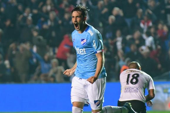 Matías Viña celebra uno de los goles que anotó con la camiseta de Nacional en este Torneo Clausura frente a Liverpool. Foto: Francisco Flores.