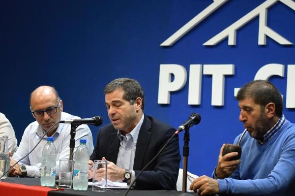Ernesto Talvi junto con dirigentes del Pit-Cnt. Foto: Leonardo Mainé.