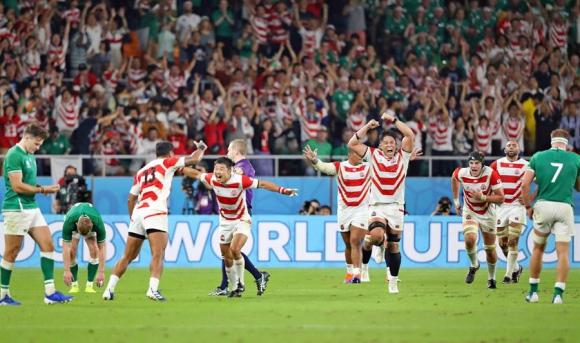 La alegría de los jugadores de Japón tras derrotar a Irlanda. Foto: EFE.