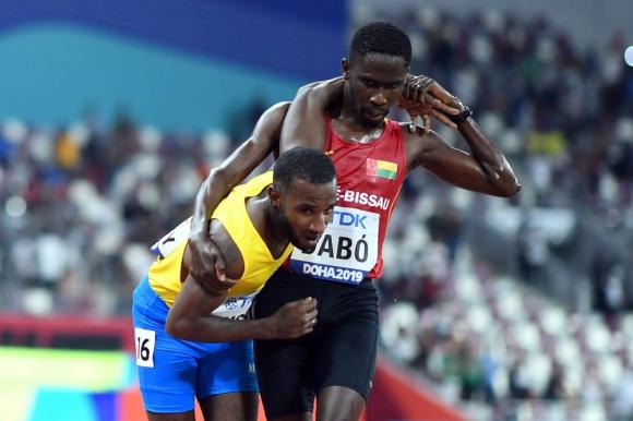Braima Suncar Dabó (Guinea Bissau) ayudó a terminar la carrera de 5000 metros llanos en el Mundial de Atletismo de Doha a Jonathan Busby (Aruba).