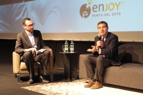 """En campaña: Entrevistado por el editor de Economía de El País, Fabián Tiscornia, Talvi dijo que ahora """"está compitiendo"""" y no es socio. Foto: Ricardo Figueredo"""