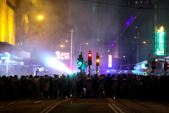 Agentes de la policía antidisturbios marchan hacia los manifestantes antigubernamentales en el distrito de Causeway Bay, en Hong Kong. Foto: Reuters