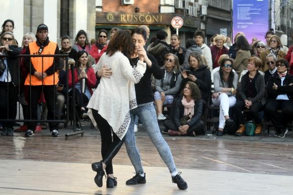 Pareja baila tango durante Montevideo Tango 2019. Foto: Marcelo Bonjour