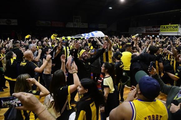 El festejo del ascenso de los hinchas de Peñarol en cancha de Goes.