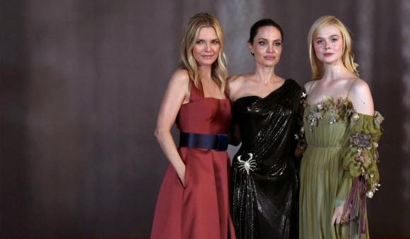 Las tres protagonistas: Michelle Pfeiffer, Angelina Jolie y Elle Fanning posan en la premiere
