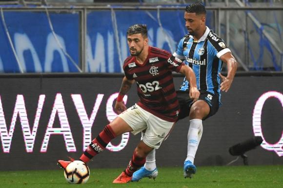 Giorgian de Arrascaeta en acción frente a Gremio con la camiseta del Flamengo. Foto: AFP