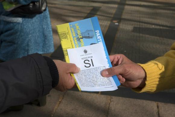 "Papeleta por el ""Sí"" a la reforma constitucional que impulsa el senador Jorge Larrañaga. Foto: Leonardo Mainé"