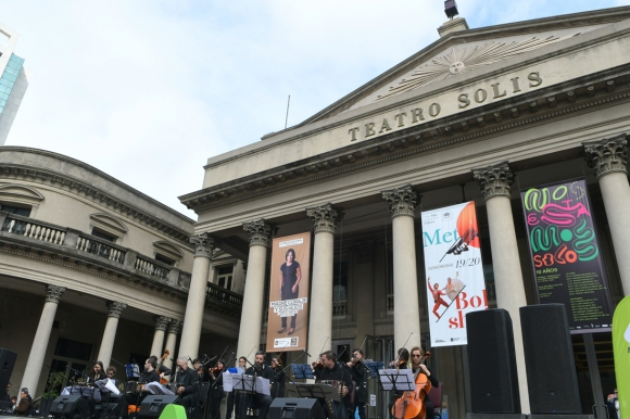 El Teatro Solís también se sumó a las celebraciones de este fin de semana. Foto: Leonardo Mainé
