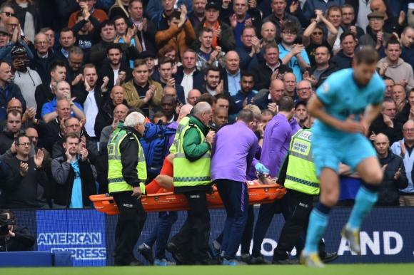 El arquero francés es retirado del estadio de Brighton en camilla y con un tubo de oxígeno. Se presume que tuvo una fractura de codo a los tres minutos del partido. Foto: AFP