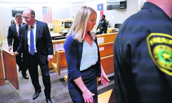 Amber Guyger se retira de la sala judicial después de ser condenada a diez años de prisión. Foto: Reuters