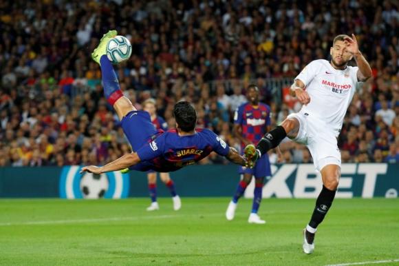 La chilena Luis Suárez en el duelo entre Barcelona y Sevilla. Foto: Reuters.