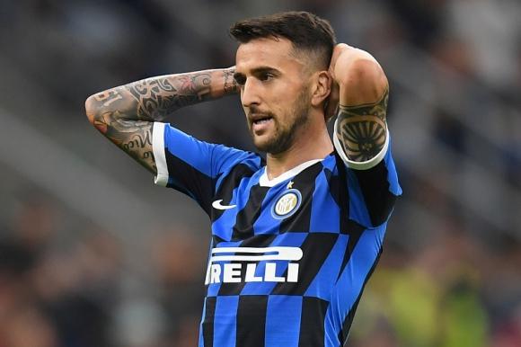 El lamento de Matías Vecino en el duelo entre Inter y Juventus. Foto: Reuters.