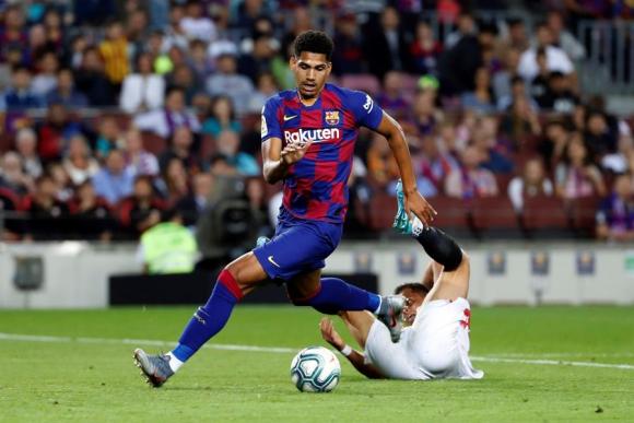 Ronald Araújo en el duelo entre Barcelona y Sevilla. Foto: EFE