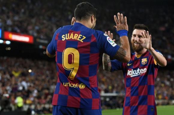 Luis Suárez y Lionel Messi celebran uno de los tantos del Barcelona. Foto: AFP