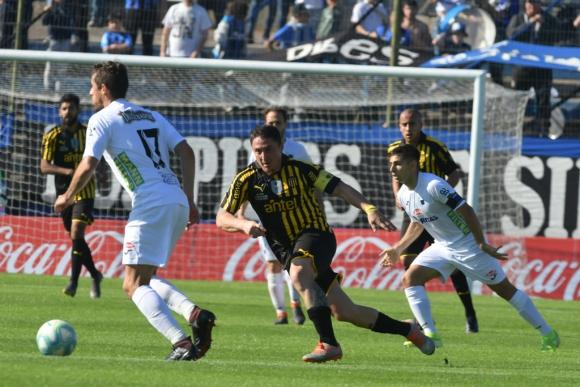Cristian Rodríguez en el partido entre Peñarol y Liverpool en Belvedere. Foto: Gerardo Pérez.