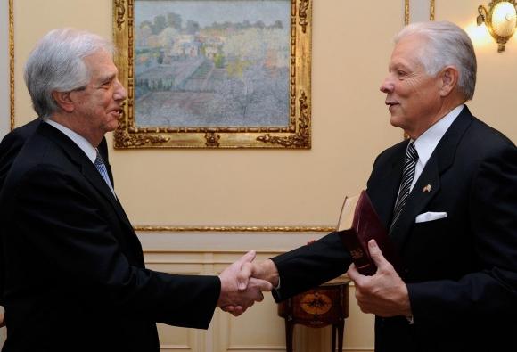 Nuevo embajador de EE.UU. en Uruguay, Kenneth S. George junto al presidente Tabaré Vázquez. Foto: Embajada de Estados Unidos en Uruguay