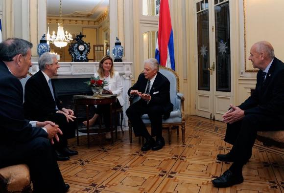 Presentación de George junto a altos dirigentes políticos. Foto: Embajada de Estados Unidos en Uruguay