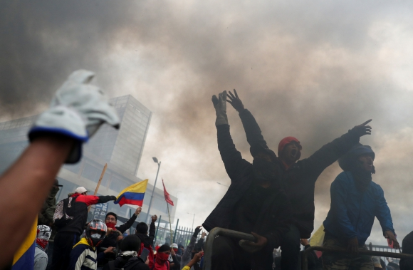 Manifestantes participan en una protesta contra las medidas de austeridad del presidente de Ecuador, Lenin Moreno, en Quito. Foto: Reuters