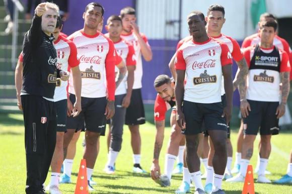 El plantel de Perú entrenando en el estadio Luis Franzini. Foto: @SeleccionPeruana